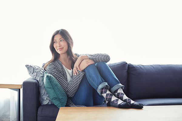 Woman sitting on couch with argile compression socks